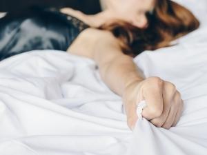 donna si regge alle coperte