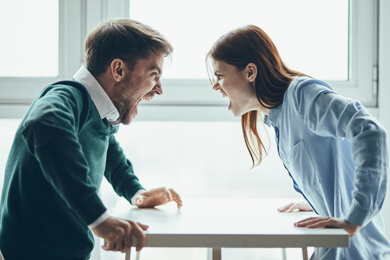 un uomo e una donna litigano