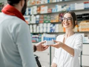 farmacista-consegna-medicinale
