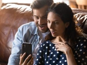 coppia-legge-con-stupore-su-smartphone
