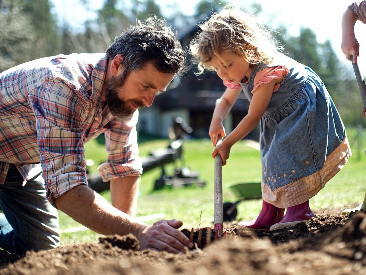 padre-figlia-coltivano-orto