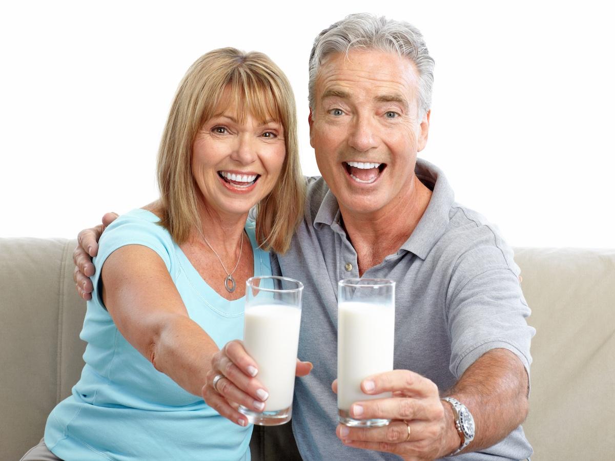 coppia-beve-latte-entusiasta