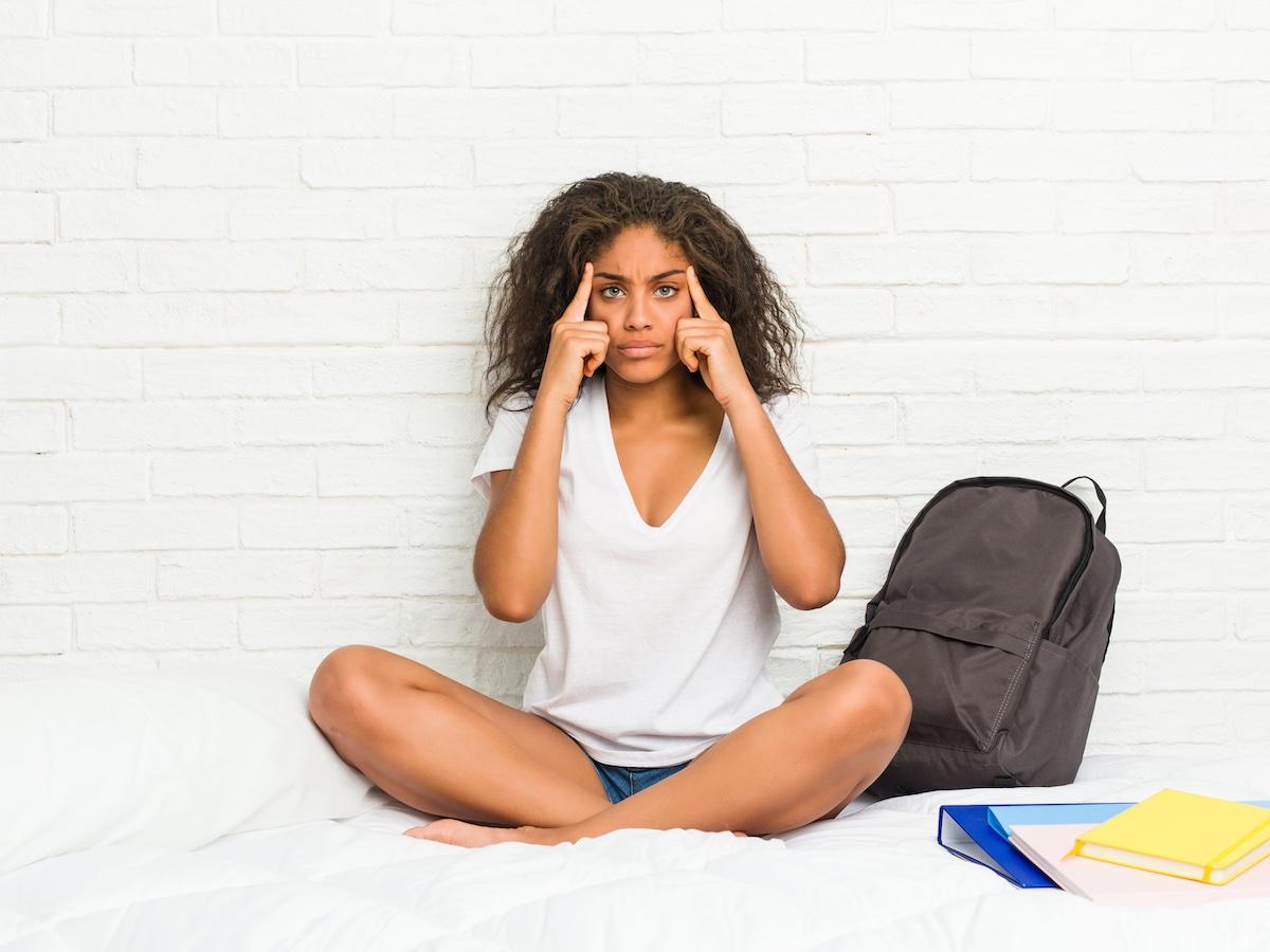 ragazza-pratica-meditazione