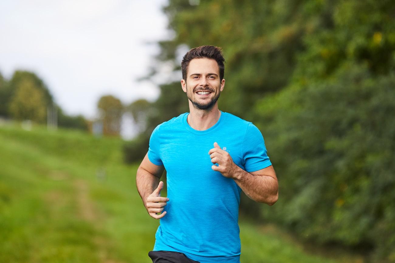 Uomo corre felice