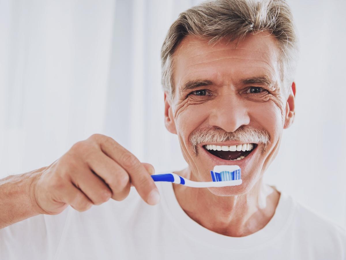 uomo-felice-con-dentifricio