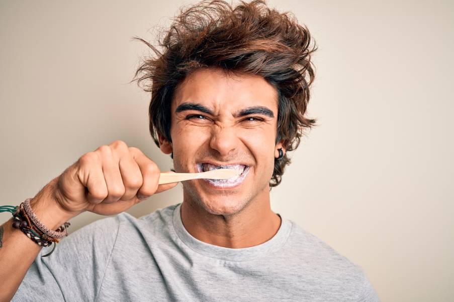 Ragazzo giovane che si lava i denti