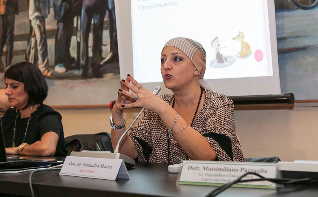 Dottoressa Sbarra presidente associazione alopecia areata parla durante una conferenza