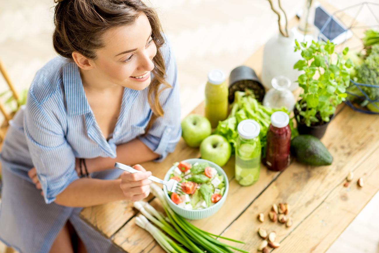 donna-mangia-un-insalata-salutare
