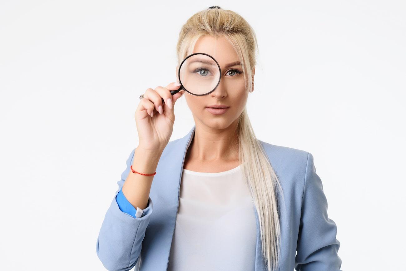 donna con lente di ingrandimento