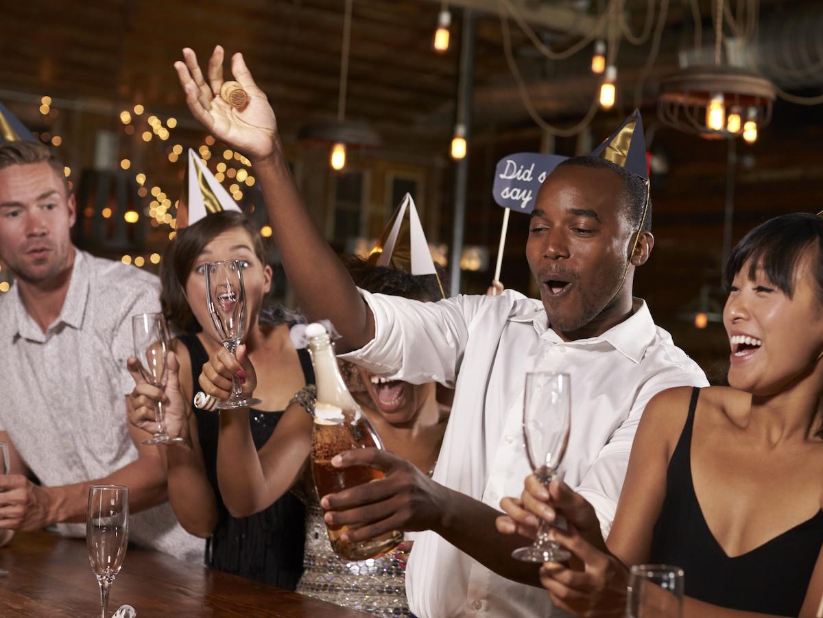 amici-stappano-bottiglia-festa