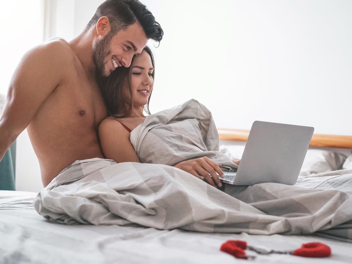 coppia-guarda-film-sul-letto