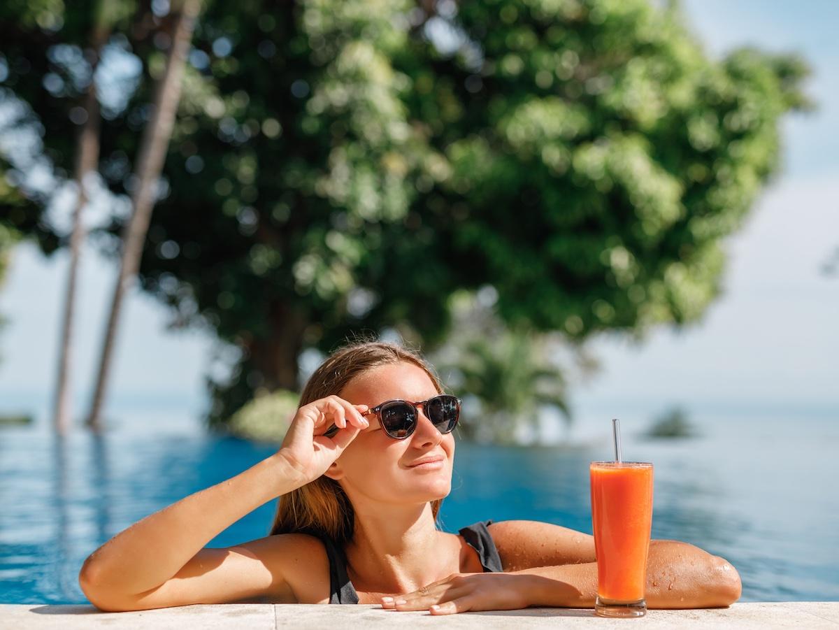 donna-beve-estratto-di-carota-abbronzatura